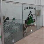 Porta de vidro com pintura de logo colorida