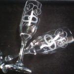 Desenho e texto jateados em taça de vidro